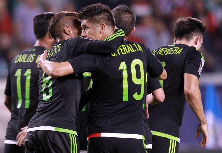 Oribe Peralta (c), de espaldas, metió 3 goles en el 6-0 de México sobre Cuba, pero también falló varias oportunidades claras de gol en partido de Copa Oro.- (Notimex)