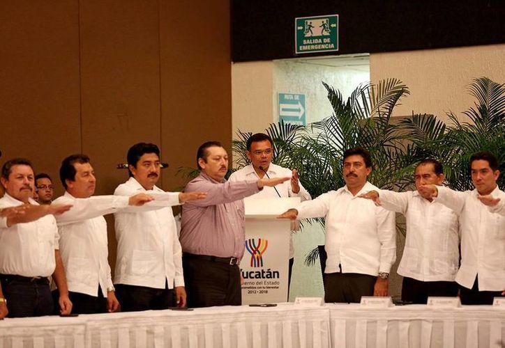 Ayer, en ceremonia celebrada en el Centro de Convenciones Yucatán Siglo XXI, el titular del Poder Ejecutivo tomó protesta a los miembros del Comité de Ordenamiento Territorial y entregó Reglamentos de Construcción para Valladolid y Motul. (Cortesía)