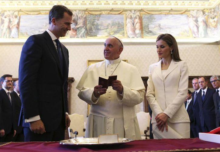 """En el habitual intercambio de regalos, los reyes entregaron al Papa un facsímil del """"Oráculo manual y arte de prudencia"""" del jesuita Baltasar Gracián. (Agencias)"""