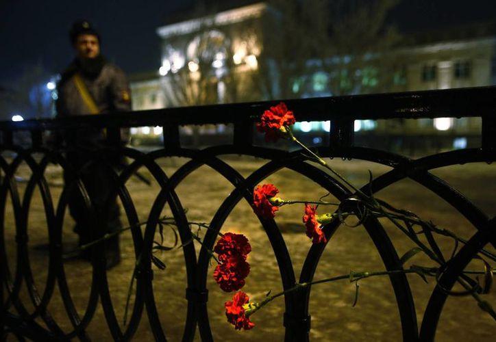 La explosión en la estación de trenes de Volgogrado, Rusia, mató a 17 personas. En la imagen, ofrendas florales en las rejas del lugar en recuerdo de las víctimas. (Agencias)