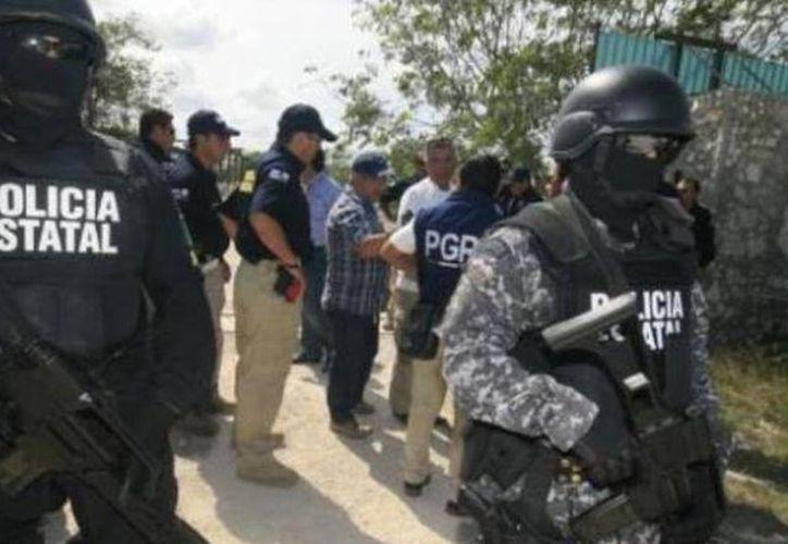 Elementos de la SSP custodiaron el lugar mientras se realizaba el cateo en la exsalinera de Santa Clara, Yucatán. (Milenio Novedades)