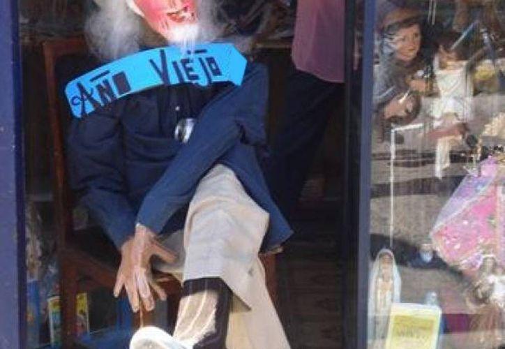 Imagen de uno de los viejos que se acostumbra a quemar en el Año Nuevo. Una costumbre arraigada en el sureste de Yucatán. (SIPSE/Archivo)