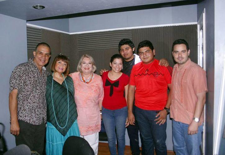 Conductores e invitados durante la trasmisión del programa radial. (Christian Ayala/SIPSE)