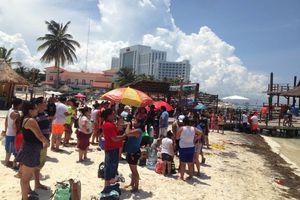 Regresan los bañistas a playas de Punta Cancún