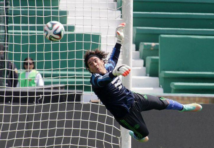 Después de ser titular en el Mundial de Brasil, el portero mexicano apenas ha jugado en Málaga, de donde es muy posible que salga pronto. (Notimex)