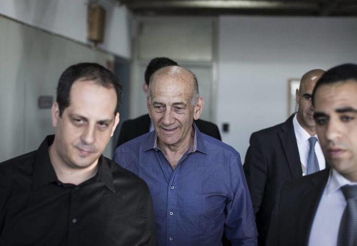 Olmert (c) a su llegada al tribunal del distrito de Tel Aviv, Israel, que le declaró culpable de aceptar sobornos cuando era alcalde de Jerusalén. (EFE)