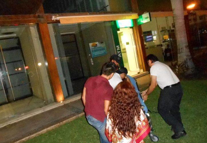 Una joven tuvo que ser socorrida por sus familiares luego de que una bebida alcohólica le causó dolores severos.  (Redacción/SIPSE)