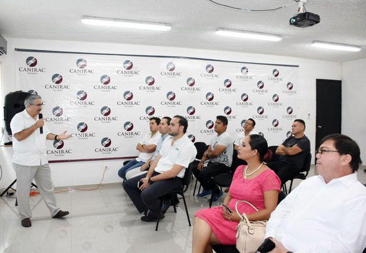 Miembros de la Canirac se reunieron ayer con autoridades de Salud para tomar acciones en prevención a la influenza. (Foto: Milenio Novedades)