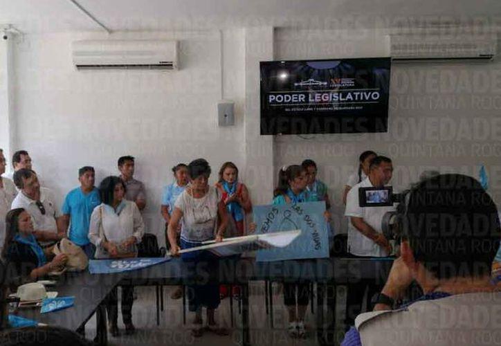 Las asociaciones realizaron una manifestación pacífica en la representación del Congreso del Estado. (Jesús Tijerina/SIPSE)