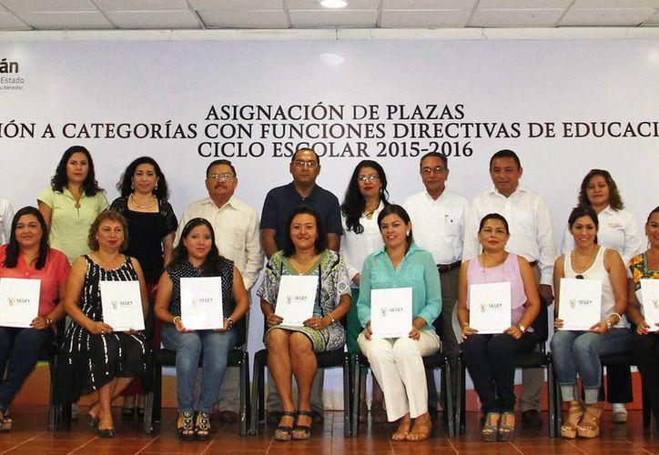 Reconocimiento al esfuerzo de profesores destacados. Imagen de los maestros que recibieron su plaza como directores y supervisores. (Milenio Novedades)
