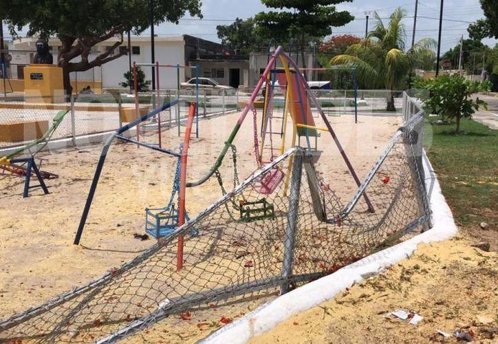 La noche de este lunes 24 el tronco de un árbol de flamboyán cayó sobre los juegos infantiles del parque de la colonia Miguel Hidalgo. (Novedades Yucatán)