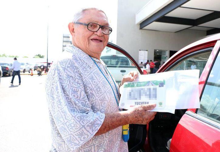 El proceso de reemplacamiento comenzó el pasado lunes 9. Imagen de contexto de un automovilista con su nueva placa, en el Centro de Servicios Yucatán en Mérida. (Milenio Novedades)