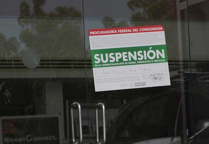 Los sellos de suspensión  fueron colocados en al menos 10 establecimientos de Chetumal. (Harold Alcocer/SIPSE)