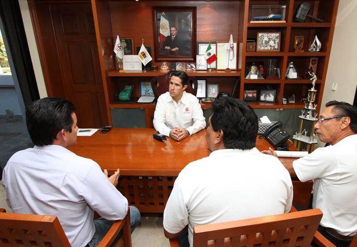 El alcalde y los ejecutivos de la empresa PASA durante una reunión. (Cortesía/SIPSE)