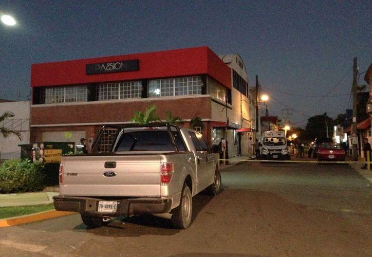Los hechos se registraron enfrente de un bar de la avenida Tulum. (Redacción/SIPSE)