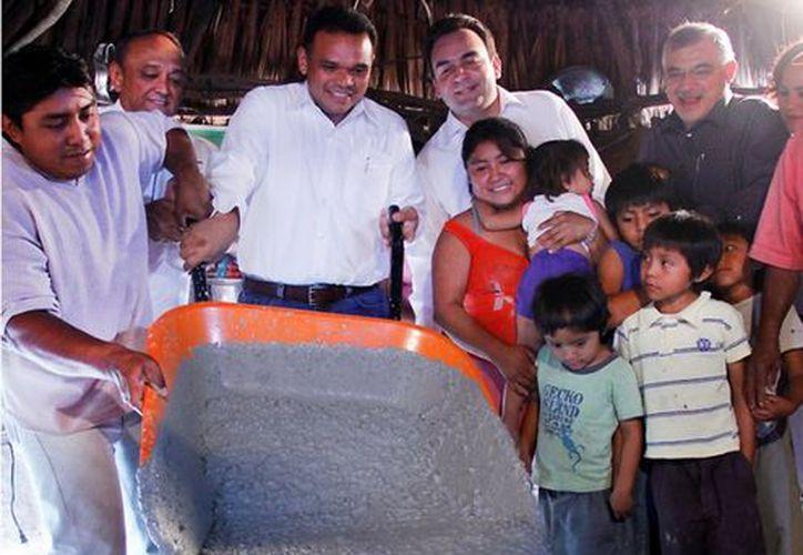 Zapata Bello aprovechó la oportunidad y echó la 'primera carretilla de cemento' de la obra. (Cortesía)