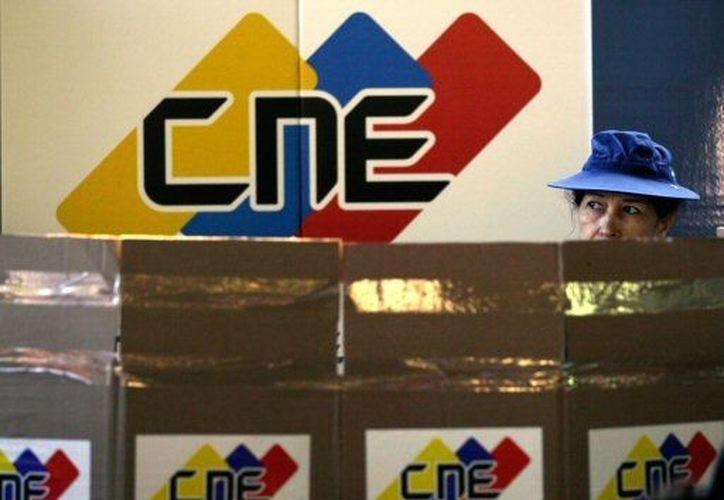 Una venezolana emite su voto durante la jornada electoral del domingo. (Agencias)