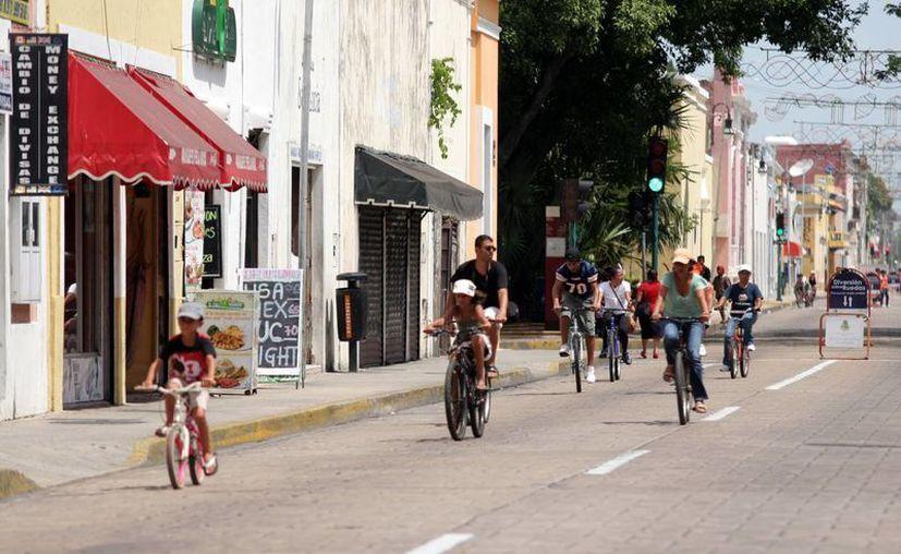Meridanos aprovechan los domingos para pasear en bicicleta por las calles del centro de la ciudad y otras zonas que abarca la Bici-ruta. (SIPSE)