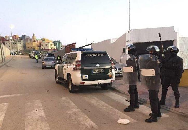 Oficiales de la Guardia Civil vigilan frente a una casa durante una operación terrorista en Ceuta, España. (Ministerio del Interior español, vía AP)