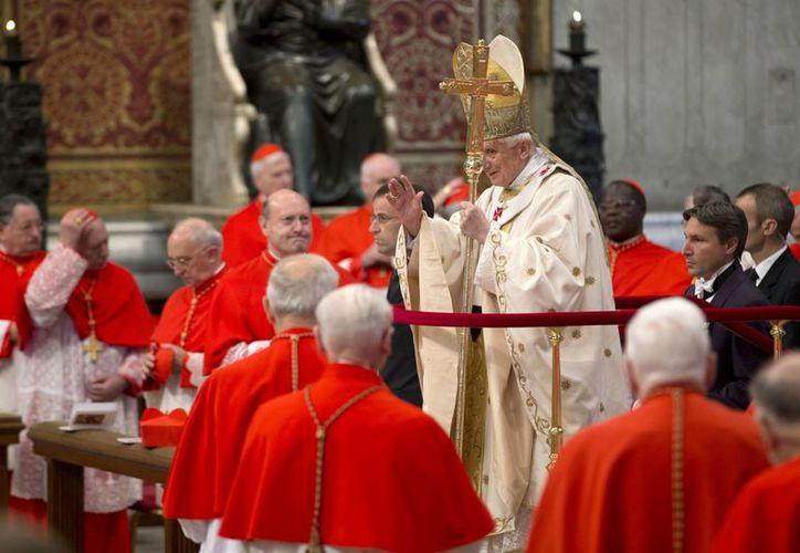 El Papa Benedicto XVI ofreció la misa frente a los nuevos cardenales de diversas partes del mundo excepto Europa. (Agencias)