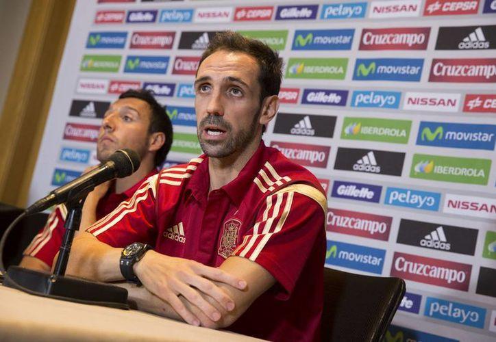 El lateral español fue convocado por Vicente del Bosque a pesar de tener molestias físicas. En la imagen, Juanfran con Santi Cazorla en la conferencia de prensa ofrecida este martes en Estados Unidos. (AP)