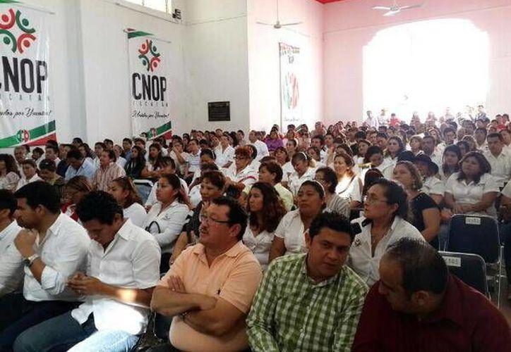 Priistas escucharon, a través de la red, el mensaje de su líder nacional César Camacho Quiroz, desde Monterrey, Nuevo León. (Milenio Novedades)