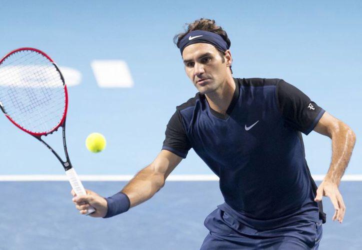 El suizo Roger Federer en acción ante el estadounidense Jack Sock durante el partido de la segunda semifinal del torneo de Basilea. (Agencias)