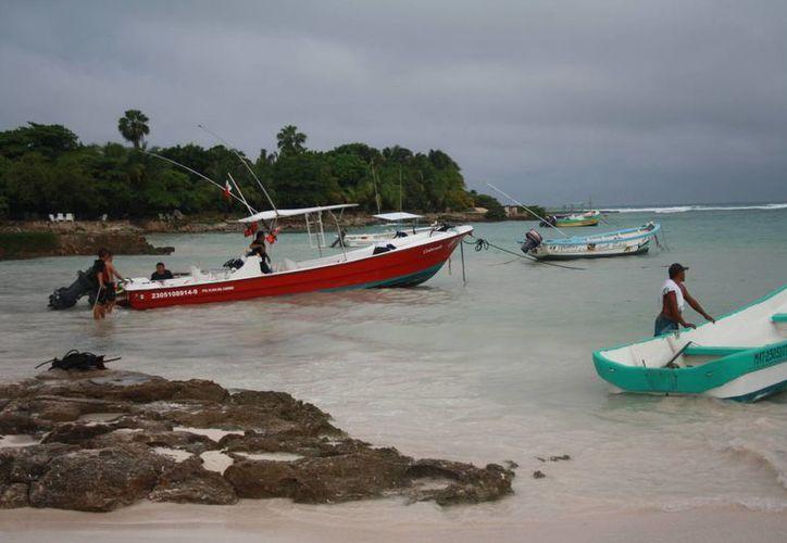 Las  embarcaciones se acercan mucho a la zona de bañistas. (Rossy López/SIPSE)
