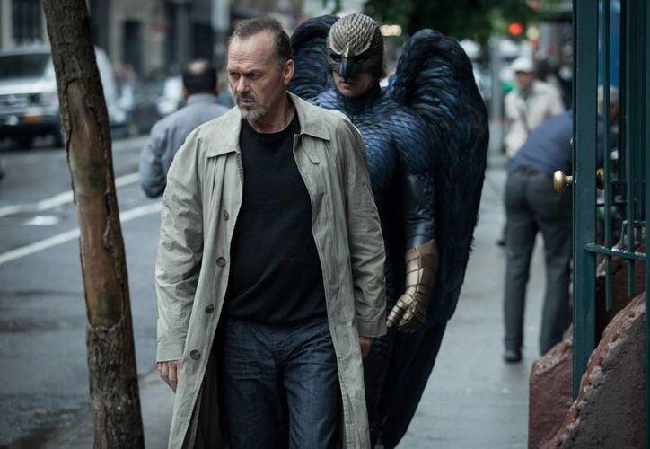 """Imagen difundida por Twentieth Century Fox, con Michael Keaton, al frente, en una escena de """"Birdman"""", dirigida por Alejandro González Iñárritu. (Agencias)"""