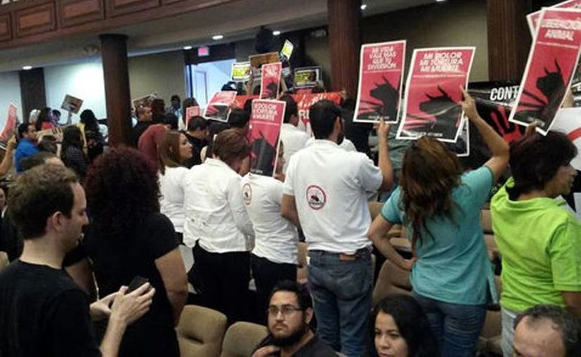 Organizaciones protectoras de animales acudieron al Congreso de Coahuila. Entre lágrimas y abrazos, los activistas celebraron la decisión. (Ana Ponce)