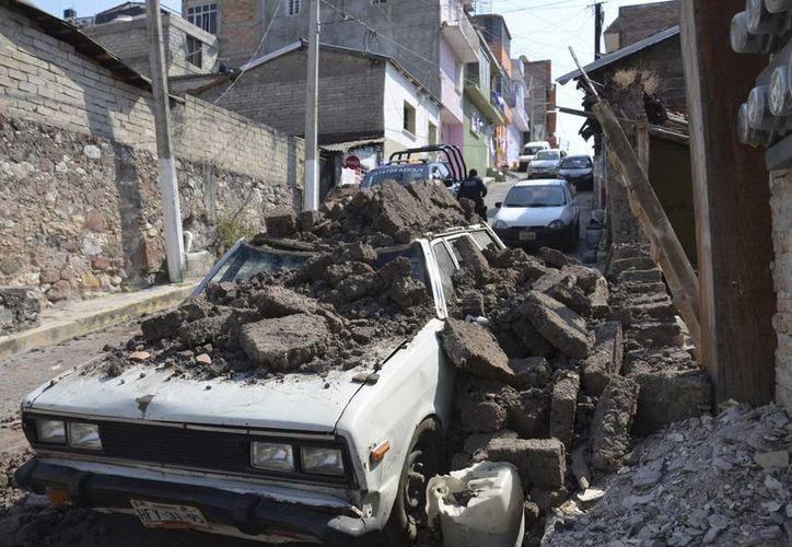 Un vehículo dañado por escombros que le cayeron encima, en Chilpancingo, Guerrero. (AP)
