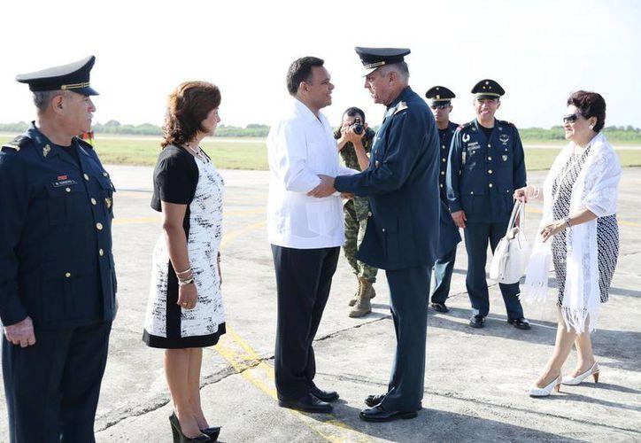 Entre sus actividades de ayer, el Gobernador recibió al Secretario de Defensa Nacional. (SIPSE)