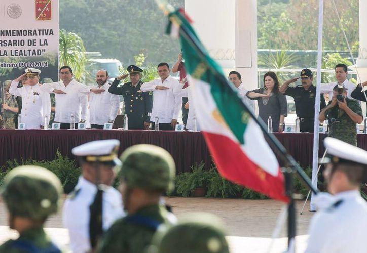 El Gobernador (centro y camisa blanca) acudió a la ceremonia del CI aniversario de la Marcha de la Lealtad, en el parque conmemorativo del Centenario del Ejército Mexicano. (Cortesía)