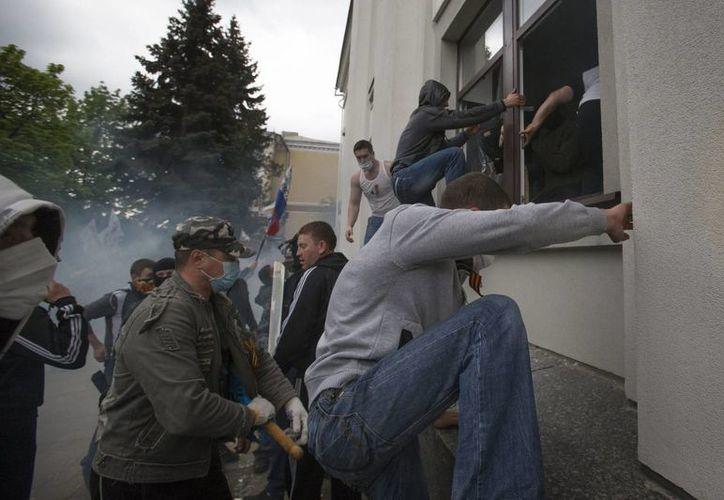 Imagen del momento en que los manifestantes ingresan al edificio. (Agencias)
