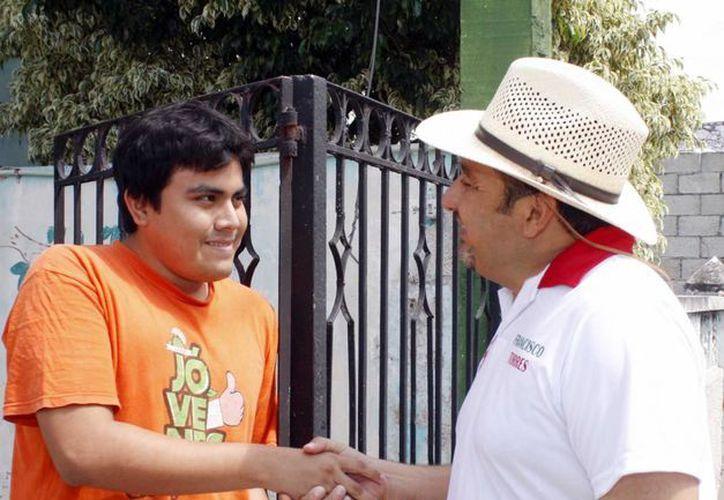 Francisco Torres Rivas ofrece apoyar a los jóvenes para que consigan empleo. (SIPSE)