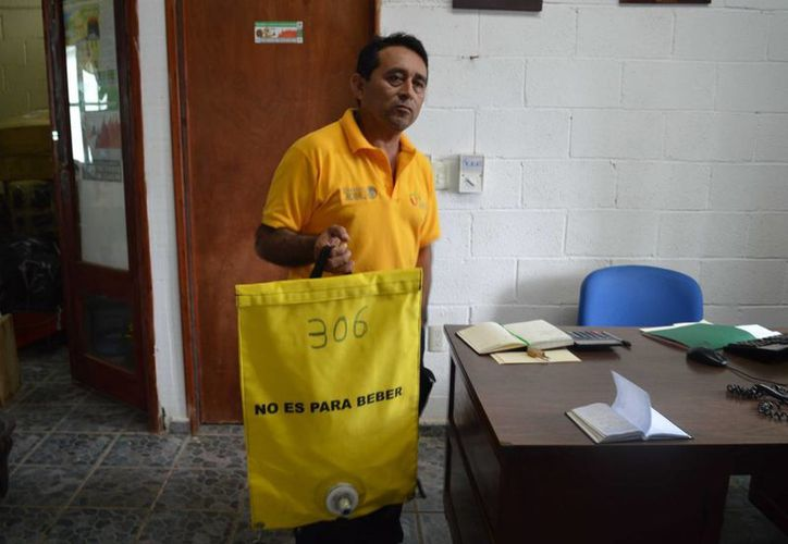 Carlos Pinzón, jefe del departamento, recibe las notificaciones sobre incendios en Solidaridad. (Luis Ballesteros/SIPSE)