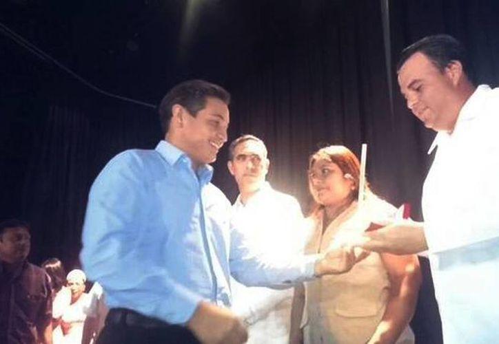 Imagen de Antonio García Pérez al recibir su galardón como mejor reportaje en televisión en el Teatro Armando Manzanero. (@SIPSENOTICIAS)