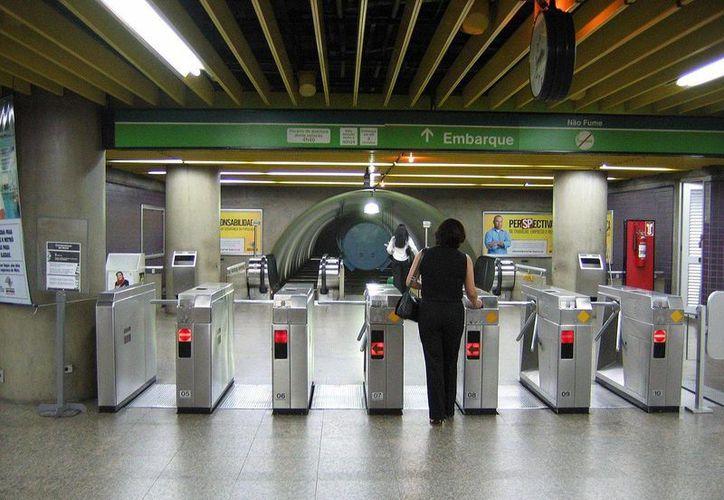 Dos mujeres son captadas en una estación de la línea 2 del Metro de Sao Paulo, Brasil. (wikipedia.org)