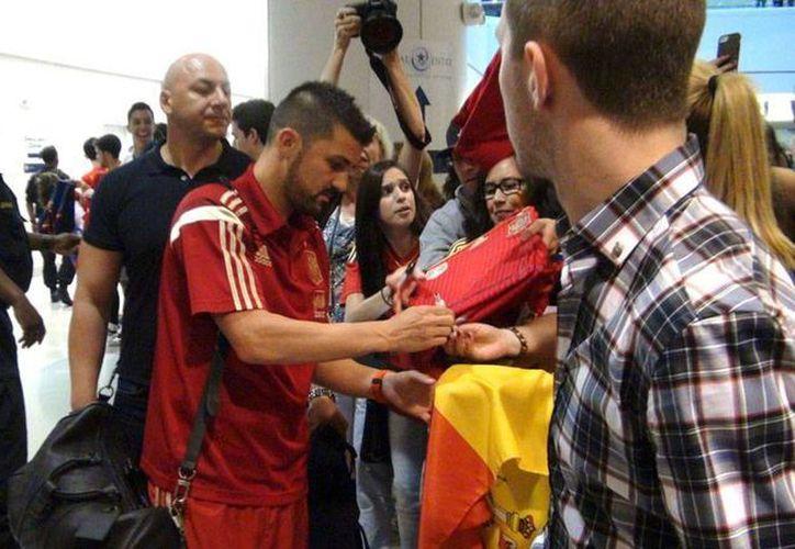 Villa, quien la imagen firma autógrafos, de 32 años de edad, es un histórico de la Selección de España, pero también de Barza y del Atlético de Madrid. (Efe/Archivo)