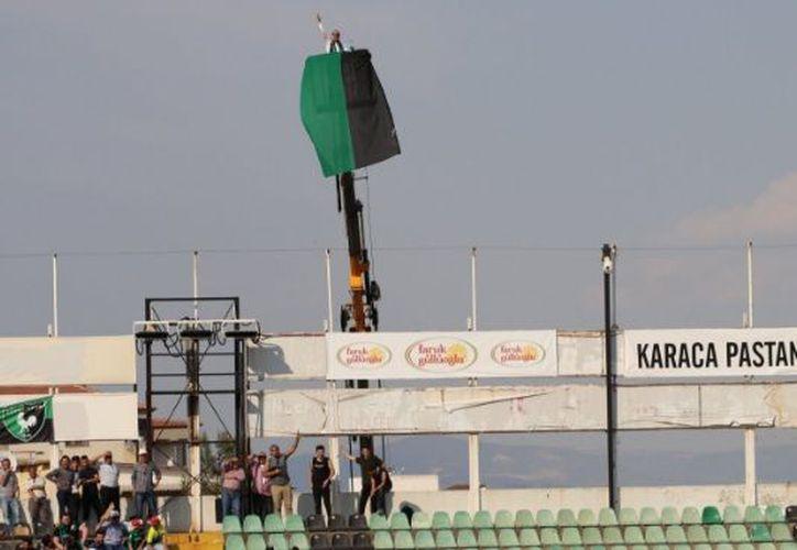 el ferviente seguidor tiene prohibido entrar al estadio Ataturk de Denizli durante un año. (Twitter)