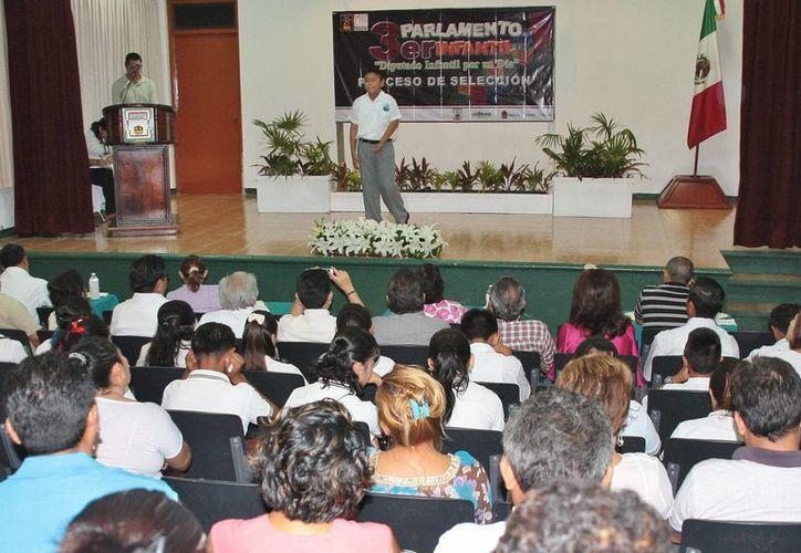Presentación de los alumnos en el auditorio del Colegio de Bachilleres. (Redacción/SIPSE)