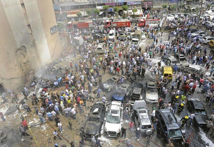 La explosión causó un hoyo de dos metros de profundidad y tres de diámetro, además de los heridos y otros daños. (EFE)