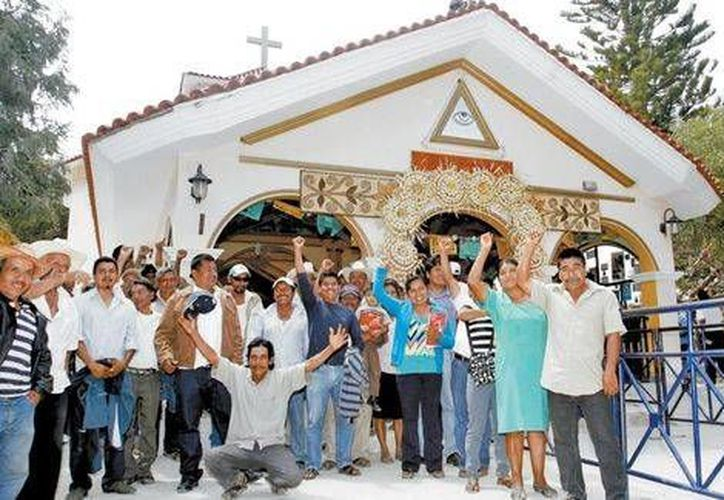 Fieles de la comunidad frente al santuario estatal. (Nelly Salas/Milenio)