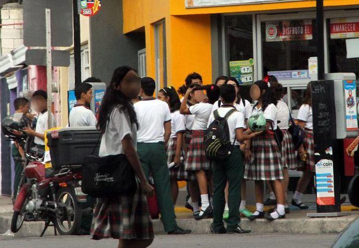 La Secretaría de Educación del Gobierno del Estado ya analiza la propuesta de los empresarios de dar 2 meses de vacaciones, en verano, a los estudiantes de Yucatán. (Milenio Novedades)