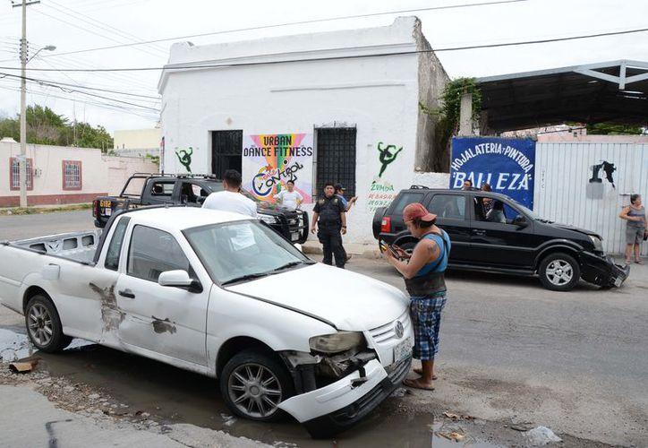 Tres vehículos fueron colisionados por un mismo conductor, luego de que éste no respetara la señal de alto. (SIPSE)