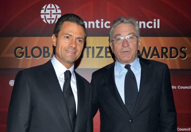 El presidente de México, Enrique Peña Nieto, no solo dialogó en la ONU sino que recibió este lunes un reconocimiento en Nueva York  junto con otros políticos y artistas, como Robert de Niro, que lo acompaña en esta foto. (Notimex)