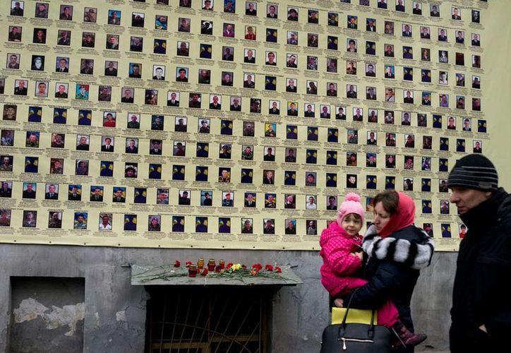Poco a poco, Ucrania vuelve a la normalidad, tras el cese al fuego decretado la semana pasada. Sin embargo, este jueves una mina explotó y mató al menos a una persona. La imagen corresponde a Kiev. (AP)