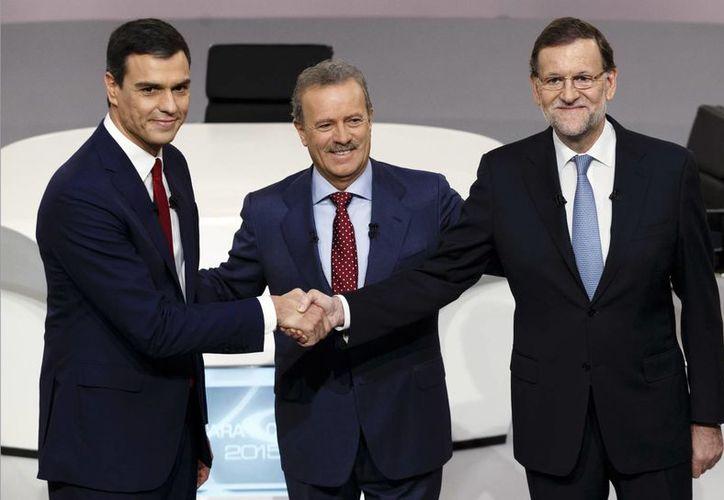 Pedro Sánchez, del PSOE, y Mariano Rajoy, del PP, previo al encuentro que sostuvieron este lunes en la Escuela de Cine de Madrid. (AP)
