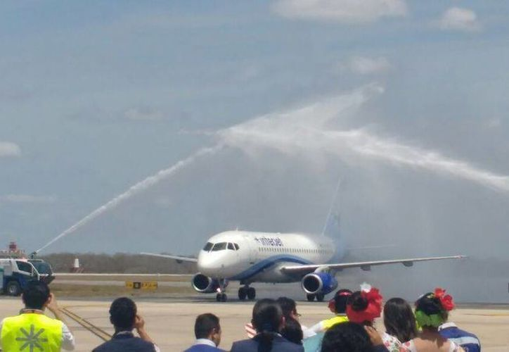 Imagen del 'bautizo' de la nueva ruta La Habana-Mérida-La Habana a cargo de la línea aérea Interjet. (Candelario Robles/Milenio Novedades)