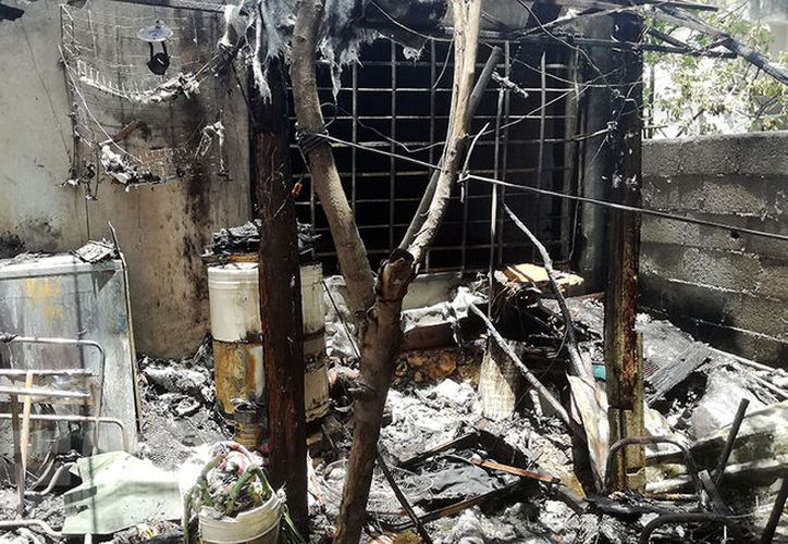 La parte trasera de la casa quedó completamente calcinada. (Aldo Pallota/SIPSE)